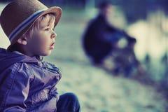 Nyfiken pojke Arkivfoto