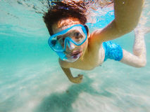 Nyfiken undervattens- pojkeundersökning Royaltyfri Bild
