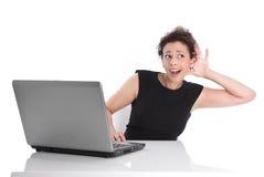 Nyfiken ung kvinna för rolig affär - som är lomhörd eller Royaltyfri Foto