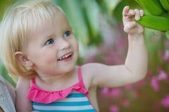 Nyfiket behandla som ett barn den undersökande bananen gömma i handflatan Fotografering för Bildbyråer