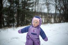 Nyfiket behandla som ett barn flickan som går i kall vinterdag Royaltyfri Fotografi
