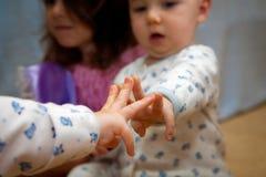 Nyfiket behandla som ett barn sätter tre fingrar på spegeln Royaltyfri Fotografi