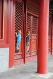 Nyfikna pojkar i Forbiddenet City royaltyfri bild