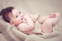 Nyfött behandla som ett barn att le för pojke Arkivbild