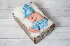 Att sova som är nyfött, behandla som ett barn ha på sig Pajamas Royaltyfria Bilder