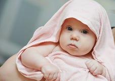 Nyfött behandla som ett barn efter bad Arkivbild