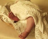 Nyfött behandla som ett barn flickan som sover under den hemtrevliga filten i korg Royaltyfri Foto