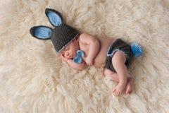 Nyfött behandla som ett barn i Bunny Rabbit Costume Arkivfoton
