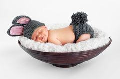 Nyfött behandla som ett barn i kanindräkt Royaltyfri Fotografi
