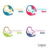 Nyfött behandla som ett barn logohanden Arkivbilder