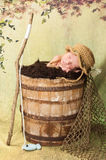 Nyfött behandla som ett barn pojken med fiskehatten och Pole Arkivbild