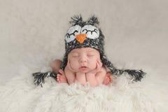 Nyfött behandla som ett barn pojken som bär en Owl Hat Fotografering för Bildbyråer