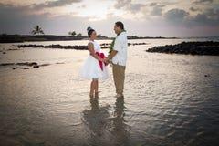 Strandbrud och brudgum Fotografering för Bildbyråer