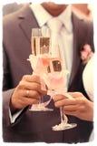 Nygift person som rostar med champagne Arkivfoto