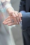 Nygift personhänder och vigselringar Arkivbild
