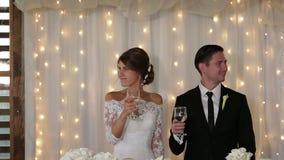 Nygift personhållchampagne i deras händer lager videofilmer