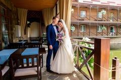 Nygift personpar, brudgum och brud som har roligt utomhus Arkivfoton