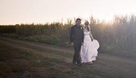 Nygift personpar på solnedgången Fotografering för Bildbyråer