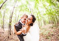 Nygift personpar som går galna Brudgum och brud Fotografering för Bildbyråer