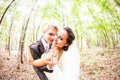 Nygift personpar som går galna Brudgum och brud Royaltyfria Bilder