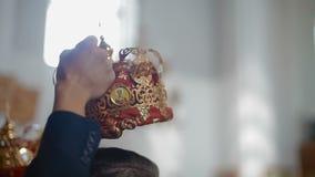 Nygifta personer är i kyrkan på altaret Prästen välsignar par Ortodox bröllopceremoni arkivfilmer