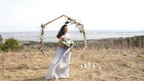 Nygifta personer Brud Att gifta sig nygifta personer bara gift lycklig flicka härlig kvinna stock video