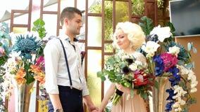 Nygifta personer Brudgum och brud Att gifta sig nygifta personer bara gift lager videofilmer