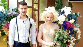 Nygifta personer Brudgum och brud Att gifta sig nygifta personer bara gift arkivfilmer