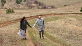 Nygifta personer Brudgum och brud lyckliga par lycklig familj Man och kvinna lager videofilmer