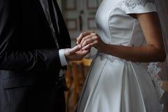 Nygifta personer för bröllopet royaltyfria foton