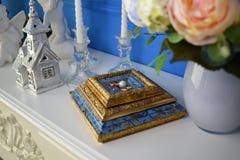 Nygifta personer för guld- cirklar är bredvid vita pärlor Royaltyfri Bild