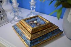 Nygifta personer för guld- cirklar är bredvid vita pärlor Royaltyfri Foto