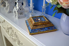 Nygifta personer för guld- cirklar är bredvid vita pärlor Royaltyfria Bilder
