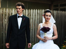 Nygifta personer i borggård Royaltyfria Bilder