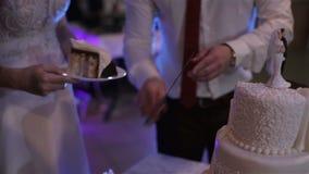 Nygifta personer klippte bröllopstårtan lager videofilmer