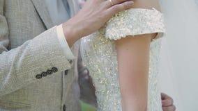 Nygifta personer kramar och tycker sig om på deras gifta sig dag stock video