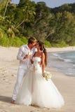 Nygifta personer med bröllopbuketten Royaltyfri Foto