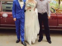 Nygifta personer och Groomsman royaltyfria bilder