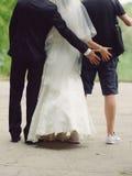Nygifta personer och Groomsman som har gyckel royaltyfria bilder