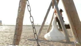Nygifta personer på en gunga stock video