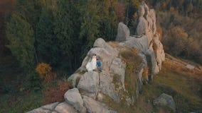 Nygifta personer p? en h?g lutning av berget Brudgum och brud arial sikt royaltyfria bilder