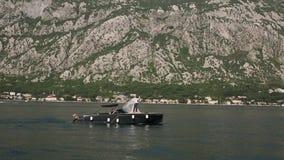 Nygifta personer på ett fartyg Gifta sig i Montenegro på en yacht abstrakt barn för bröllop för flicka för bakgrundsbrudklänning lager videofilmer