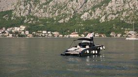 Nygifta personer på ett fartyg Gifta sig i Montenegro på en yacht abstrakt barn för bröllop för flicka för bakgrundsbrudklänning stock video