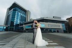 Nygifta personer som framme står av byggnaden Arkivbilder