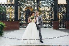Nygifta personer som framme står av portarna Arkivfoto