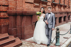 Nygifta personer som går på gatan Royaltyfri Bild