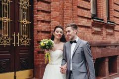 Nygifta personer som går på gatan Arkivbild