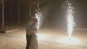 Nygifta personer som kysser under fyrverkerierna i lager videofilmer