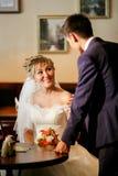 Nygifta personer som möter i kafé, frågar mannen kvinnasammanträde på tabellen, visningintresse, förslag royaltyfri bild