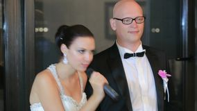 Nygifta personer som talar in i mikrofonen stock video